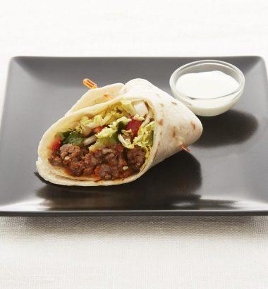 Taco wraps servert med rømme og salsa